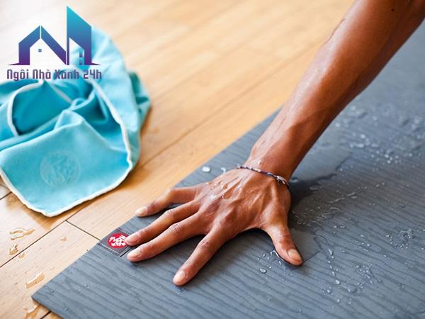cách giặt thảm yoga bằng phun áp suất