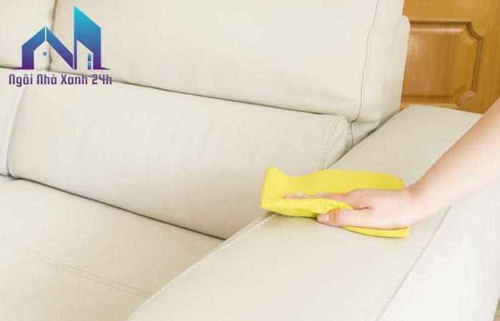 Hướng dẫn cách làm sạch ghế sofa da lộn bằng khăn